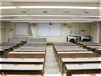 広々した近代施設の学科教室